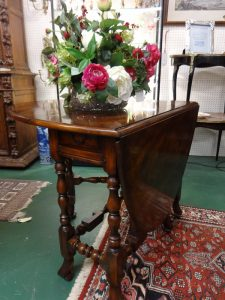 Round drop leaf table