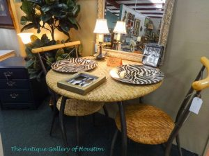 Small round table, rattan and black metal with two chairs, Booth U5